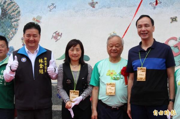 新北市長朱立倫(右)一同到成福國小慶祝百歲校慶並揭幕師生製成的陶板牆。(記者邱書昱攝)
