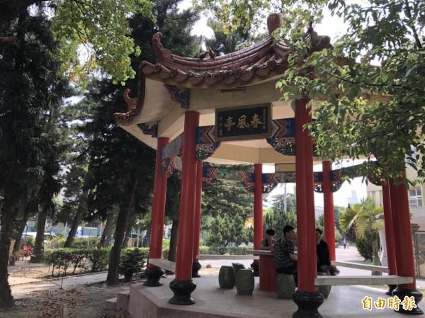 該校現存最古老的「春風化雨亭」,是虎尾地方人士許撾子女以其名義捐贈。(記者廖淑玲攝)