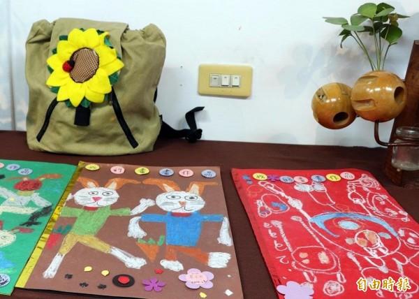 南投縣集集鎮「世外田園」天使農夫藝術創作展中的植物染布包及繪畫作品。(記者謝介裕攝)