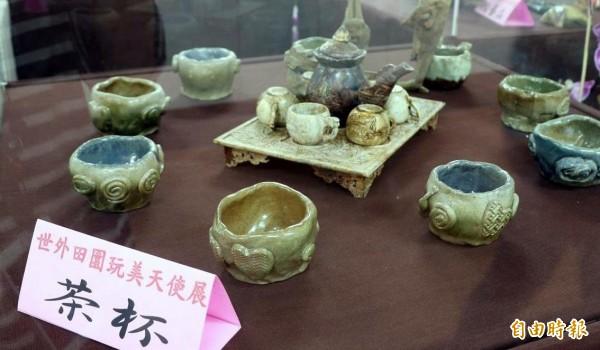 南投縣集集鎮「世外田園」天使農夫藝術創作展中的茶杯作品。(記者謝介裕攝)