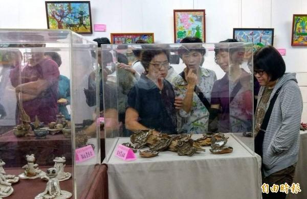 南投縣智障者家長協會偕同天使農夫舉辦「世外田園」藝術創作展,吸引大家前往觀賞。(記者謝介裕攝)