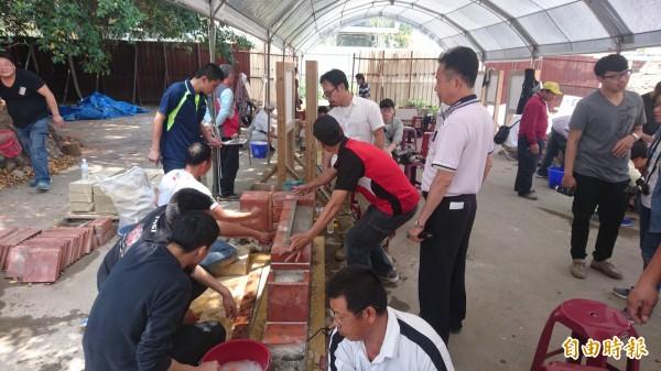 傳統匠師土水泥作類基礎班,來自各地的學員接受48.5小時的學科與術科訓練。(記者劉婉君攝)