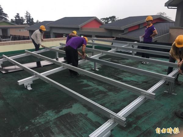 古坑樟湖生態中小學架設太陽能設備。(記者廖淑玲攝)