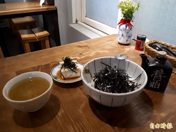 綜也蔬食的「山藥飯」是用新鮮山藥磨製後淋在飯上,再灑上海苔片拌成,搭配涼豆腐及味增湯,很有飽足感。(記者洪美秀攝)