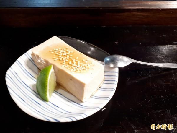綜也蔬食的「手工胡麻豆腐」小菜,是用花生和豆腐做成,口感清爽,還會ㄉㄨㄞㄉㄨㄞ的。(記者洪美秀攝)