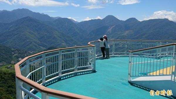 清境高空觀景步道,進一步帶動當地觀光產業發展。(記者張協昇攝)