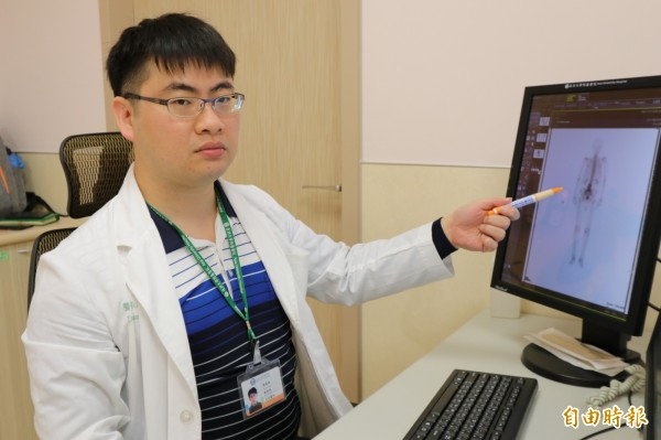 亞洲大學附屬醫院感染科主治醫師張為碩表示,老先生得病原因是因為患有菌血症,細菌隨著血流跑到該部位才造成感染。(記者蘇金鳳攝)