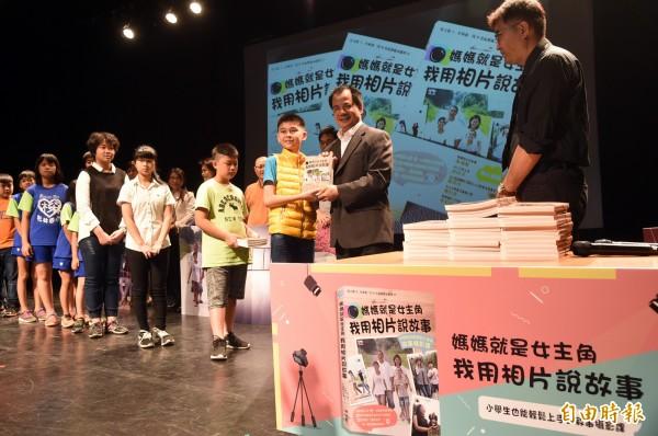 兒童節前夕,小作家拿者自己寫的書捐贈給高雄市圖總館,希望透過分布高雄各區的圖書館分館,將這份偏鄉童對土地的愛分享給每一位愛書的市民。(記者張忠義攝)