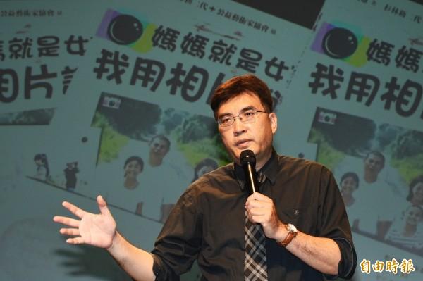 本書策畫者吳麥文教基金會執行長張天雄表示,偏鄉新住民孩子都能感受遠渡重洋來到台灣的媽媽身兼家庭主婦和職業婦女的辛苦。(記者張忠義攝)