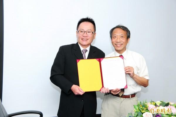 靜宜大學校長唐傳義(左)與佐登妮絲董事長陳正雄簽署合作備忘錄。(記者張軒哲攝)