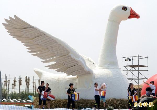 紙風車劇團為農博打造1輛眼睛會眨、脖子會動、高興時更會張開雙翅的「鵝媽媽花車」。(記者李容萍攝)