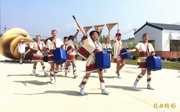 至善高中學生分組表演流行舞蹈、創意鼓隊、炫麗舞龍隊及高難度的踩高蹺。(記者李容萍攝)