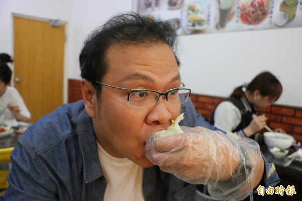 罕見的越南蛋餅讓老饕大口吃下,直呼滿足。(記者鄭名翔攝)