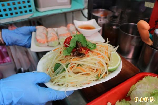 道地越南小吃店當然少不了這道涼拌青木瓜絲,是小資族最愛開胃菜。(記者鄭名翔攝)