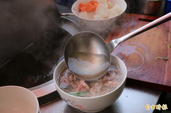 牛肉河粉是店內最熱銷的招牌菜,清澈湯頭加上新鮮高級牛肉片,吃起來清爽無負擔。(記者鄭名翔攝)