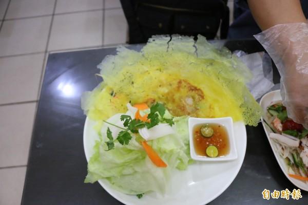 金黃酥脆的蛋餅皮與台灣人印象中的蛋餅完全不同,配上新鮮蔬菜,令人食指大動。(記者鄭名翔攝)