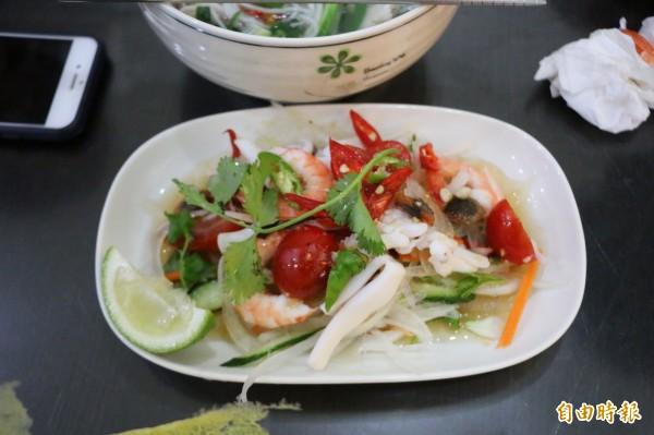 酸辣涼拌海鮮也是店內招牌開胃菜之一。(記者鄭名翔攝)