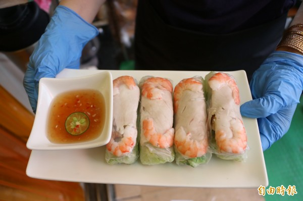 越南特色手卷清脆爽口,每一口都可以吃到新鮮蝦子及大片肉片。(記者鄭名翔攝)