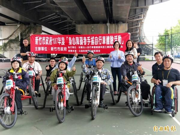 新竹市政府社會處今年首次推出「手搖自行車」,鼓勵身障者挑戰「騎」自行車夢想。(記者洪美秀攝)