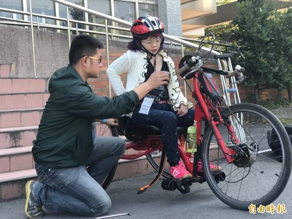 新竹市政府社會處今年首次推出「手搖自行車」,鼓勵身障者挑戰「騎」自行車夢想,不少身障者已加緊練習。(記者洪美秀攝)