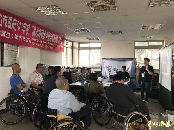 新竹市政府社會處今年首次推出「手搖自行車」,鼓勵身障者挑戰「騎」自行車夢想,不少身障者已加緊練習,期待能「完騎」17公里海岸線,事前也有專業講師解說如何用手操作自行車輪軸行進。(記者洪美秀攝)