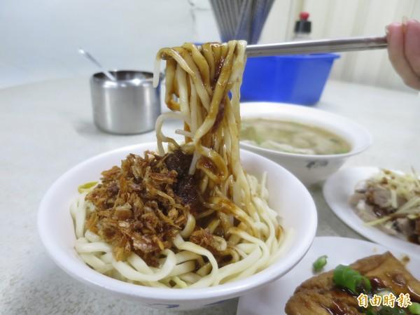 水里可口麵店的福州乾麵香傳一甲子,沙茶結合油蔥酥拌入Q彈麵條,入口鹹香滑順,讓人一口接一口。(記者劉濱銓攝)
