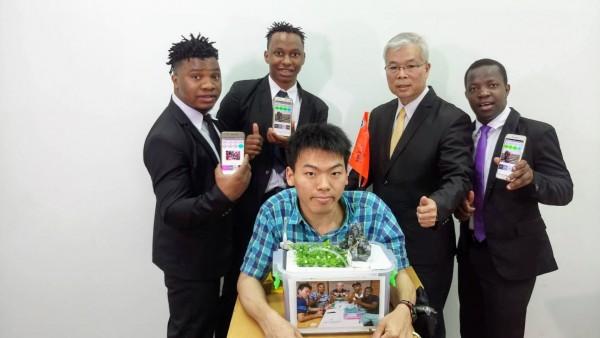 馬拉威學生與台灣學生共同組成團隊在俄羅斯阿基米德發明展奪金及特別獎。(圖由中華創新發明學會提供)