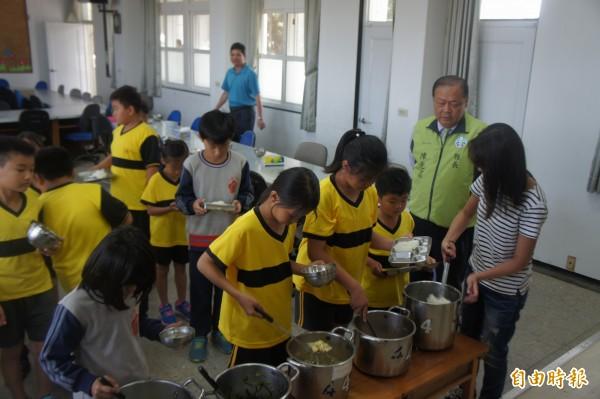澎湖縣長陳光復視察西溪國小營養午餐,宣布9月份起全面免費。(記者劉禹慶攝)