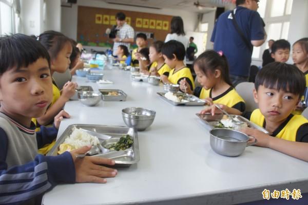 澎湖縣政府希望透過國中小學童營養午餐免費,提高生育率打造幸福城市。(記者劉禹慶攝)