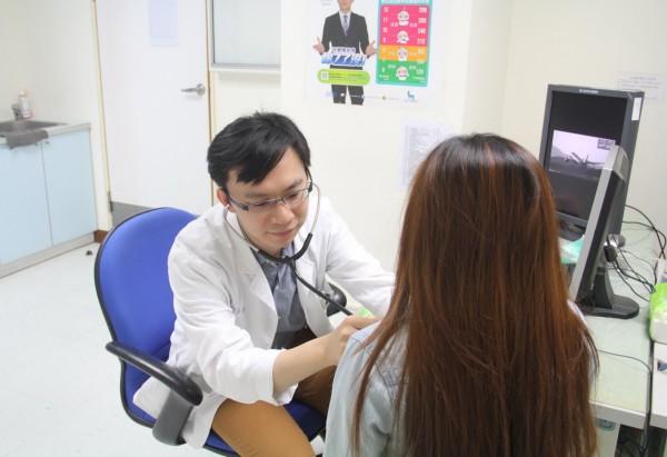 北榮台東分院家醫科醫師黃偉倫提醒民眾,不要輕忽自身的肺部健康狀況。(記者王秀亭翻攝)