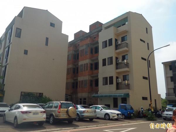 竹科服務區配租安置戶籌建委員會表示,服務區房子從99年興建迄今,因配租戶缺乏資金,仍有多棟房子蓋到一半無法完工。 (記者廖雪茹攝)