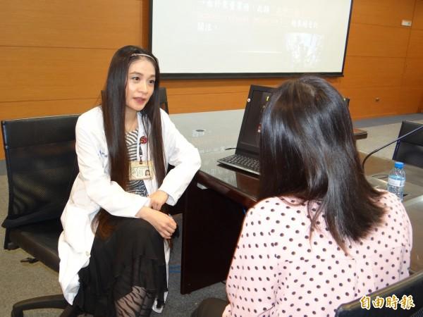 成大醫院精神部主治醫師李嵐婷(左)接受求診者諮詢繭居族問題。(記者王俊忠攝)