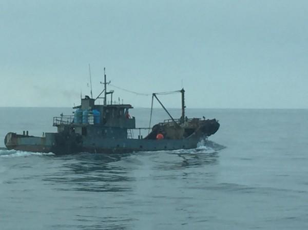 中國漁船能大舉越界而來,就是有油料補給船隨時給予支援。(澎湖海巡隊提供)