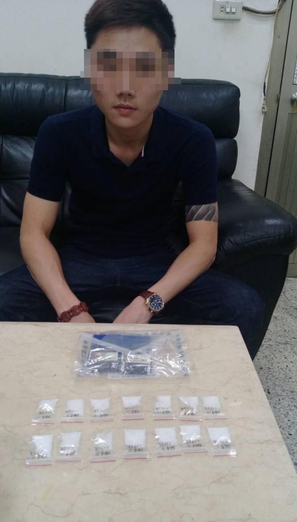 警方發現其中一名陳姓「棒球隊」成員自組販毒集團,11日出動大批刑警掃蕩據點,將陳男與2名小弟逮捕,起獲毒品一批。(記者王駿杰翻攝)