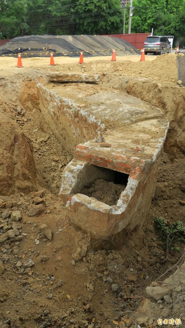 新竹市文化局正進行將軍村開放圖書資訊園區的工程,近期在原停車場處整地時,發現地下的防空洞掩體。(記者洪美秀攝)