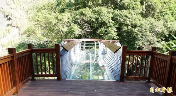 青蛙石步道盡頭處連接由強化玻璃打造的圓弧型彩虹橋,可近觀氣勢磅?的飛瀑,和仿如潑墨山水畫的崖壁。(記者廖雪茹攝)