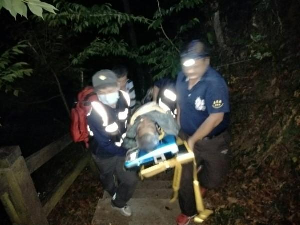 台南市68歲陳姓老翁今天爬獨立山,疑心臟病發倒臥森鐵鐵軌旁,縣消派員搶救,到場卻發現他無呼吸心跳,以人力接駁送上救護車送醫。(嘉義縣消防局提供)