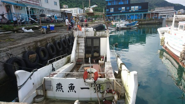 燕魚一號今天上午半沉在南寮漁港。(記者王秀亭翻攝)