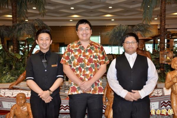 台東專科學校學生蔡威廷(左)、林癸羽(右)在娜路彎酒店吧台實習,拾金不昧,副董事長林峰銘表揚。(記者黃明堂攝)