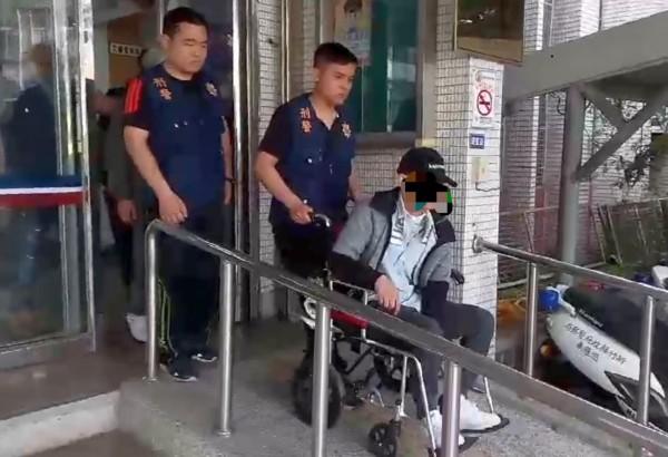 新竹縣竹東警分局昨天破獲販毒集團,首腦彭姓男子(右)跳樓受傷後還繼續坐輪椅販毒。(圖由警方提供)