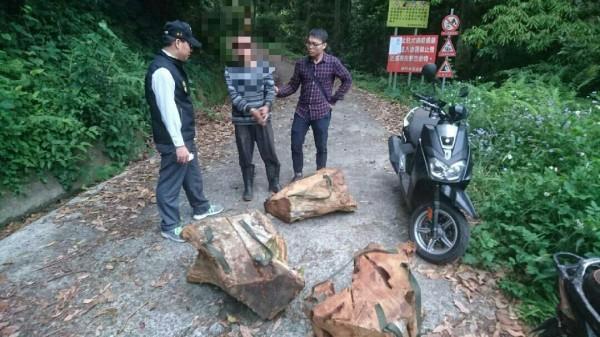 新竹縣橫山警分局查獲以機車載運盜伐林木下山的山老鼠集團成員。(圖由警方提供)