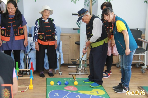 金峰鄉的長輩們體驗玩高爾槌球的樂趣。(記者王秀亭攝)