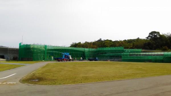 日月潭向山遊客中心進行外牆粉刷整修,整個建物彷彿被鷹架、防護網「打包」起來。(日管處提供)