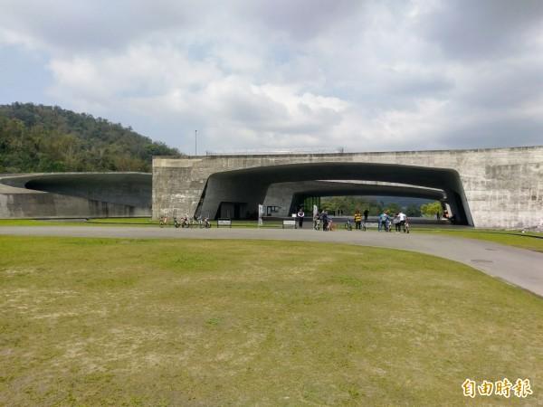 日月潭向山遊客中心以大跨距的地景建築聞名中外。(資料照,記者劉濱銓攝)