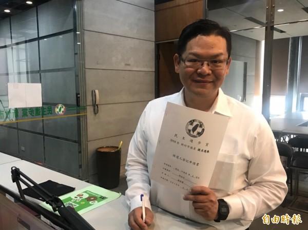 民進黨竹市黨部執行長賴稟豐登記,想爭取北區市議員提名。(記者王駿杰攝)