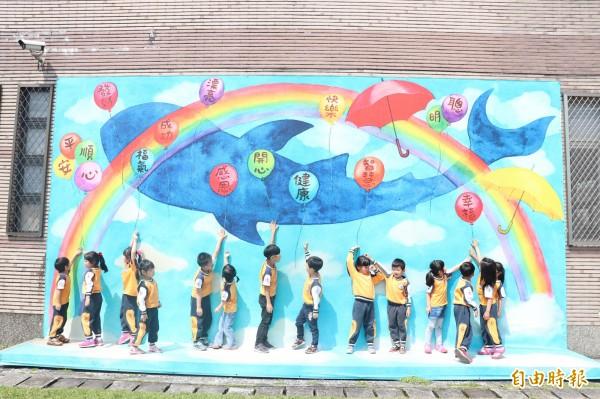 壯圍鄉古亭國小明日將辦理親子節活動,邀請幼兒園學童與家長共600人,除了有探索闖關,還邀請劇團表演欣賞,希望讓孩子提前體驗學校活力。(記者林敬倫攝)