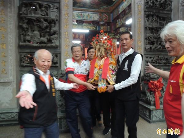 苗栗市長邱炳坤(左二)等人請出苗栗市天后宮三媽,準備南下進香。(記者張勳騰攝)