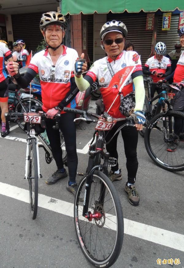 參與鐵馬進香活動最年長82歲的廖昶堯(左)與80歲的謝長裕,相約一起挑戰。(記者張勳騰攝)