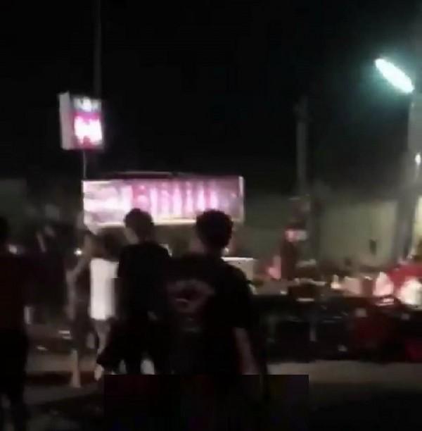 攤販與逛街民眾在夜市打群架,被網友po上網引注目。(記者廖淑玲翻攝)