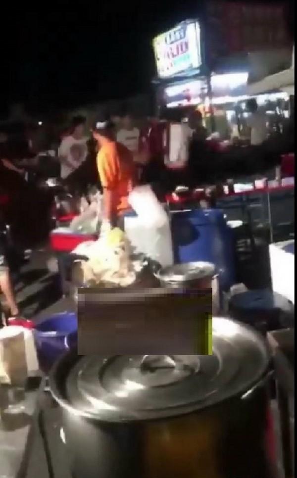 疑因攤販與逛街民眾起衝突在夜市打群架。(記者廖淑玲翻攝)